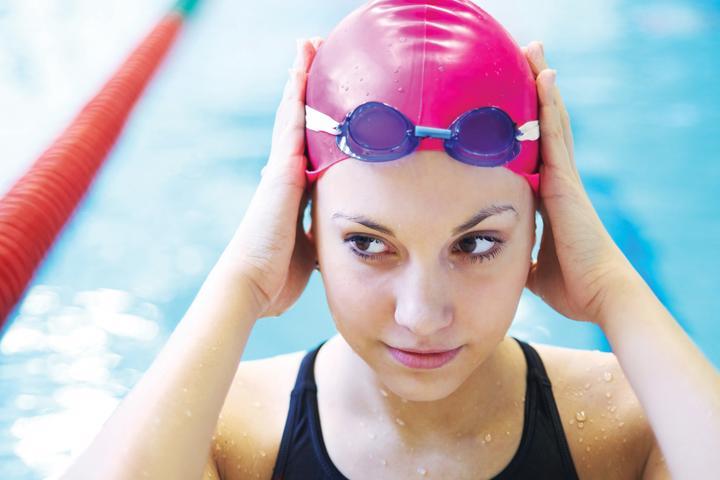 Đội mũ bơi khi đi tắm biển hoặc là hồ bơi