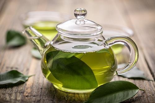 rửa mặt với trà xanh